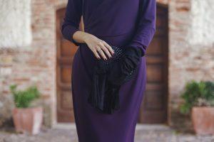 Look invitada boda mañana vestido corto morado tocado guantes