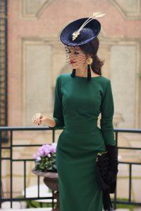 look invitada boda vestido midi vintage tocado guantes