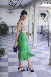 Vestido flecos invitada boda coleta sandalias clutch morado