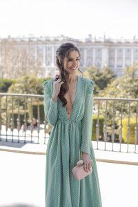 Look invitada perfecta boda noche vestido largo plumeti peinado lazo