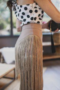 Look invitada falda flecos camel lunares top pamela