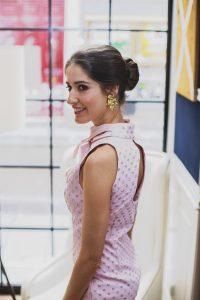 Look invitada boda vestido ajustado lunares topos rosa pamela tocado juego