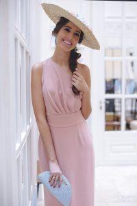 Hoy os traigo un nuevo look de invitada para bodas de mañana muy romántico pero a la vez sexy. Su pieza principal es un precioso vestido midi en rosa