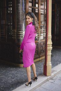 Look invitada perfecta 2018 boda mañana vestido fucsia esmoquin turbante lunares