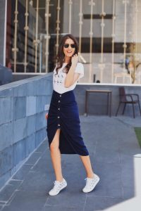 Invitada Perfecta Streetstyle zapatillas falda midi azul camiseta