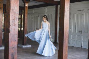 Look invitada boda noche vestido largo tocado diadema peinado griego