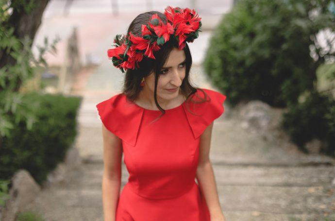 corona diadema flores plumas invitada rojo verde