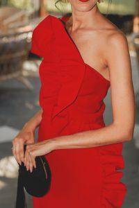 Look invitada boda vestido midi rojo volantes tocado negro pañuelo