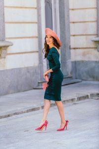 Look invitada otoño 2018 vestido verde botella ajustado tocado rosa vintage