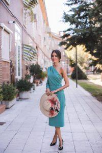 Look invitada perfecta boda otoño vestido fiesta verde pamela pajaros