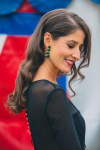 Look invitada boda noche vestido negro largo complementos verdes blogger