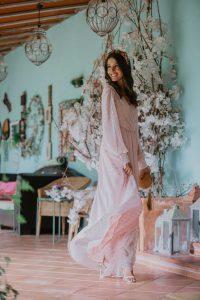 Look invitada noche vestido rosa manga larga boho corona flores