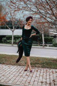 Look invitada boda invierno vestido terciopelo falda tubo