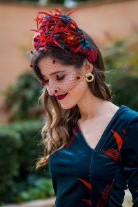 Look invitada invierno boda vestido terciopelo estampado turbante