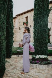 Look invitada boda noche invierno vestido largo lavanda invitada perfecta