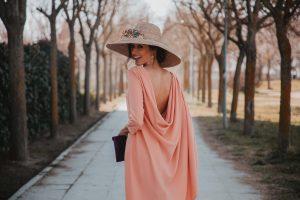 Look invitada boda 2019 pamela pendientes rosa espalda