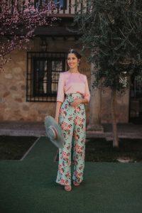 conjunto pantalon estampado blusa rosa invitada boda look
