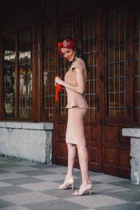 Look invitada turbante rojo vestido nude