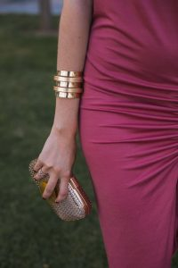 brazalete dorado invitada