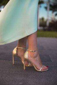 Sandalias doradas tiras novia invitada