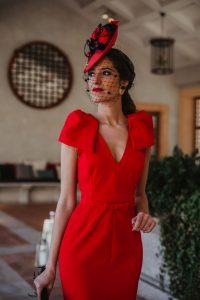 Look invitada boda rojo tocado