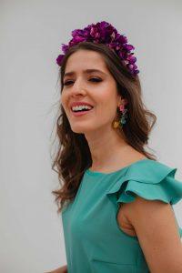 look invitada boda mono corona flores