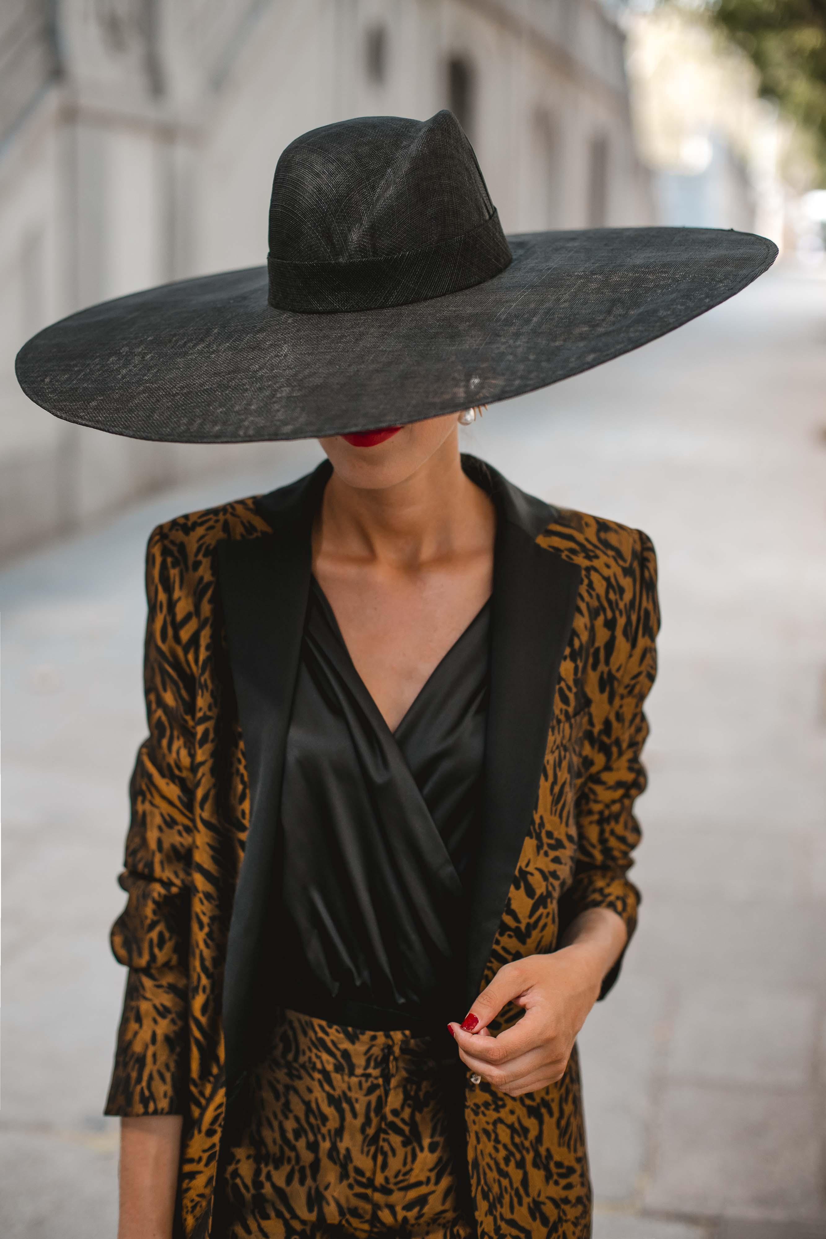 pamela negra invitada traje