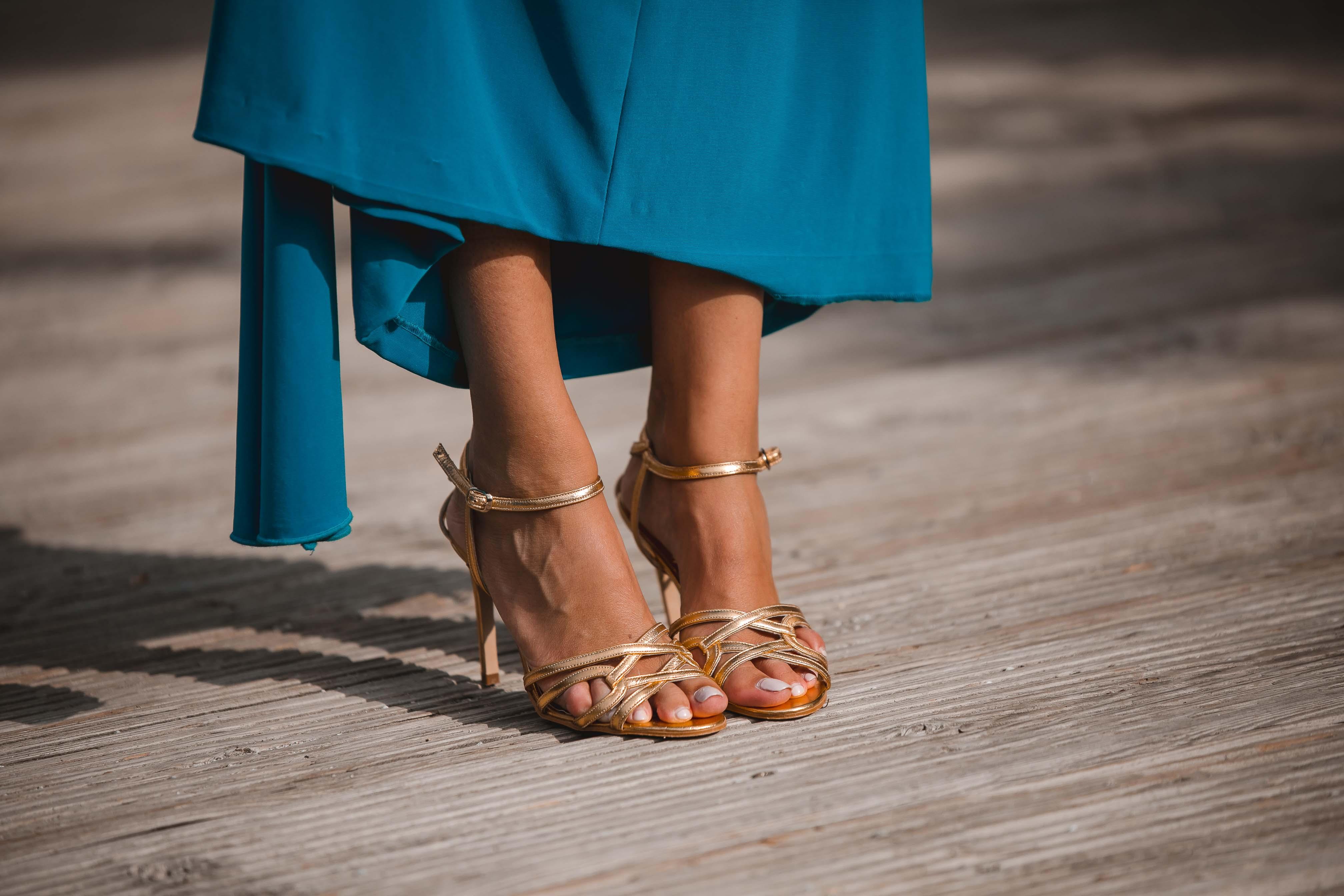sandalias doradas novia invitada