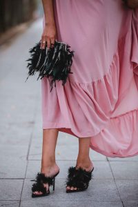 zapatos plumas invitada
