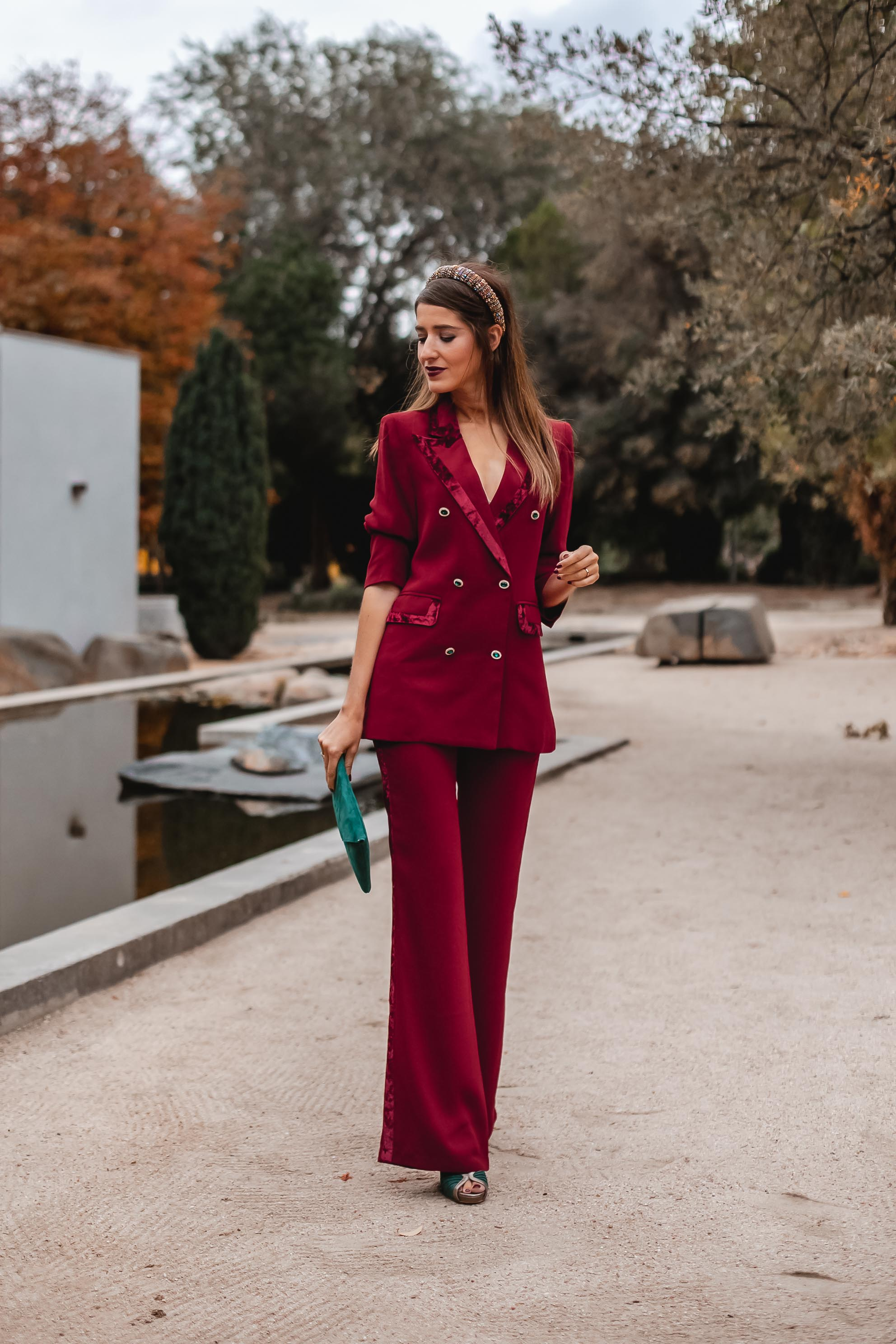 Traje chaqueta rojo invitada