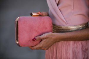 bolso rosa invitada fiesta