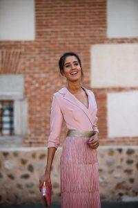 Look invitada: el vestido rosa de flecos