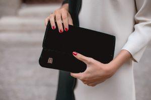 bolso negro invitada terciopelo