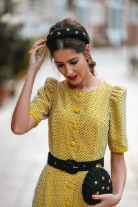 vestido amarillo lunares diadema invitada