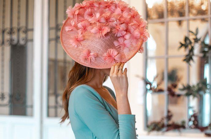 tocado rosa invitada