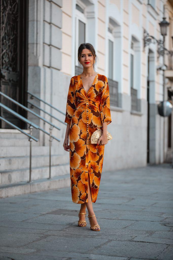 Look invitada perfecta vestido mostaza