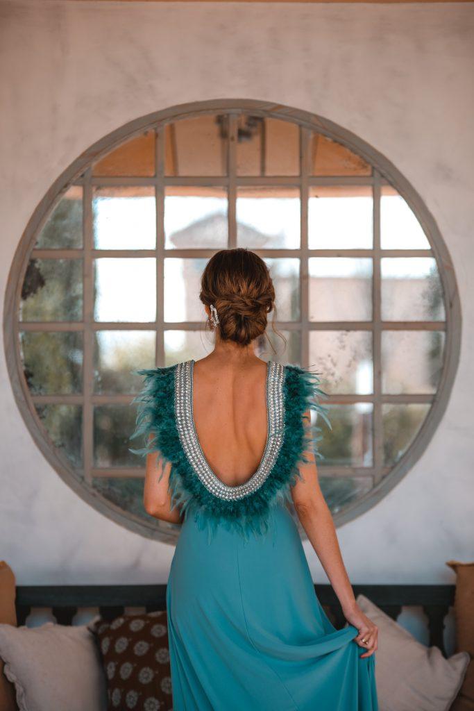 invitada perfecta vestido plumas