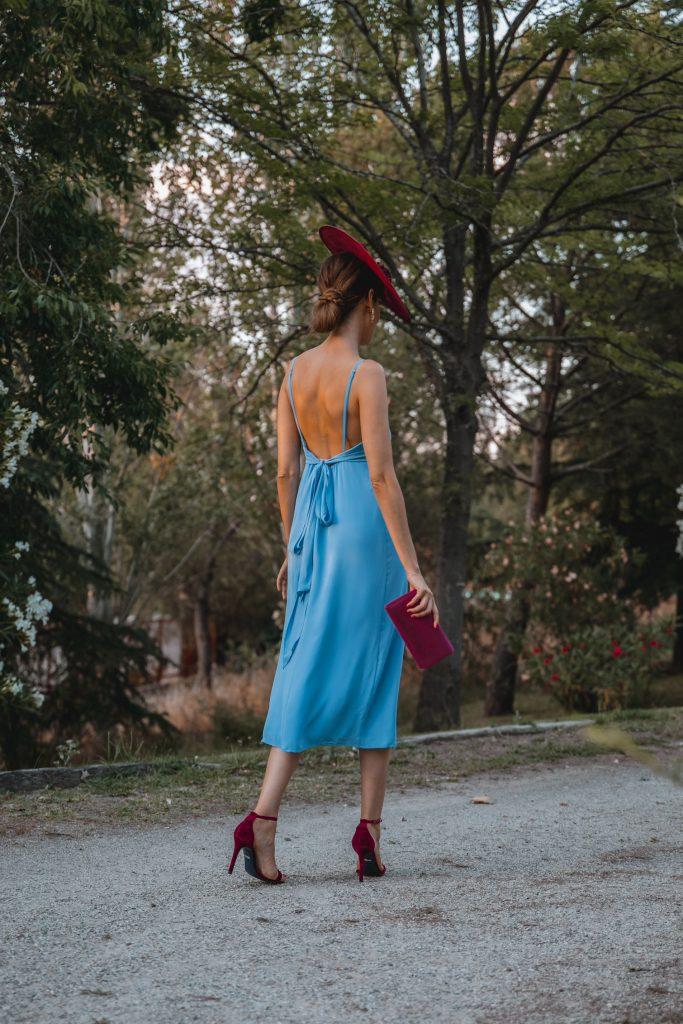 invitada perfecta vestido azul tocado buganvilla