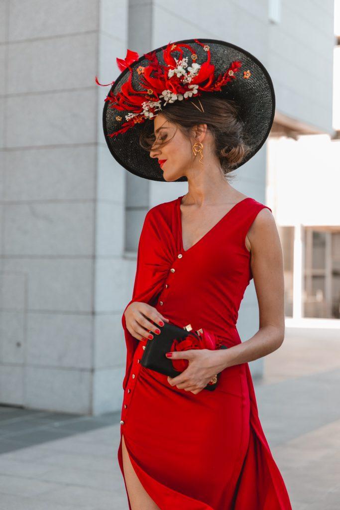 look invitada boda vestido rojo tocado