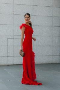 vestido rojo plumas invitada