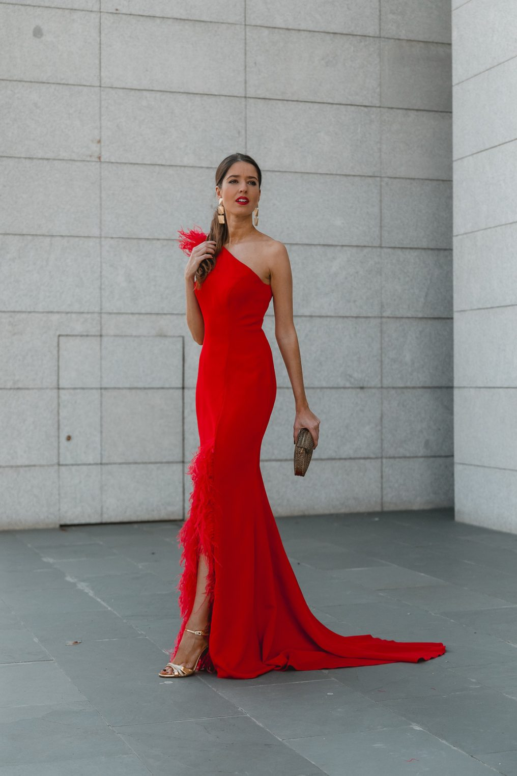 vestido largo rojo plumas invitada