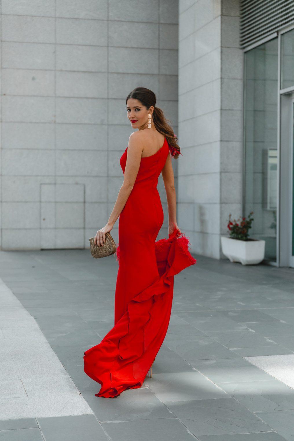 vestido rojo plumas invitada perfecta