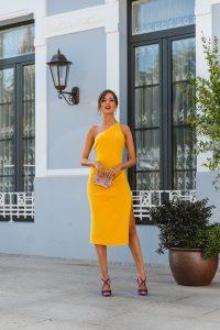 vestido amarillo complementos morados