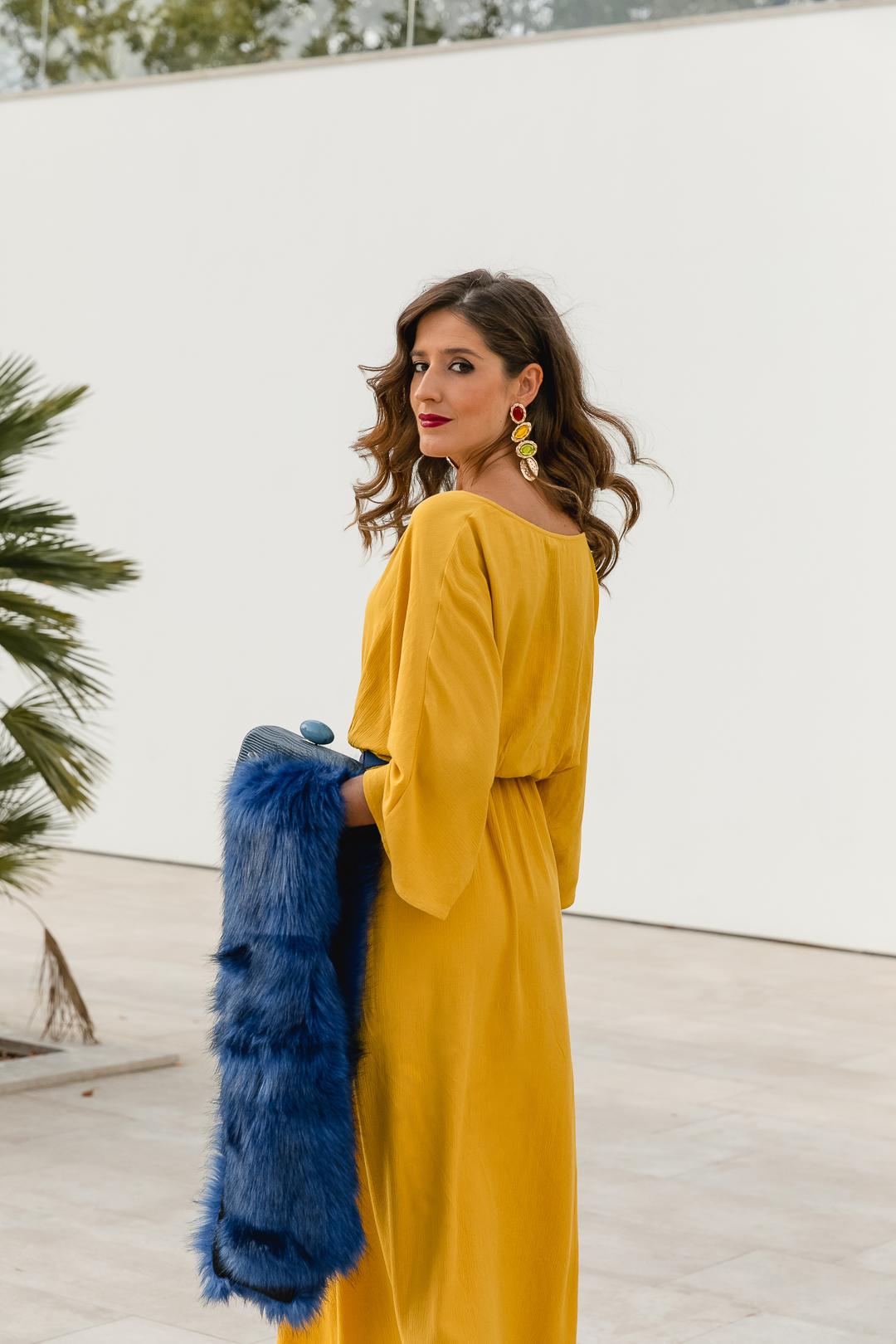 Vestido mostaza azul invitada perfecta
