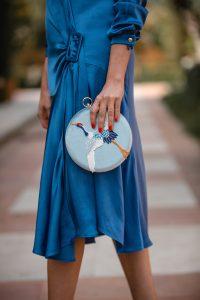bolso azul invitada