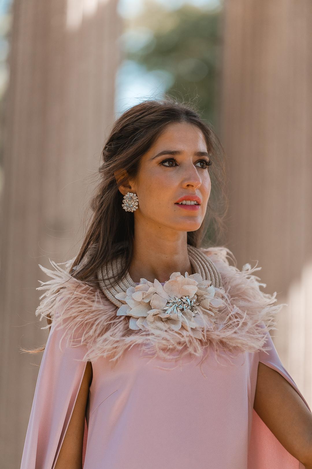 collar plumas invitada boda