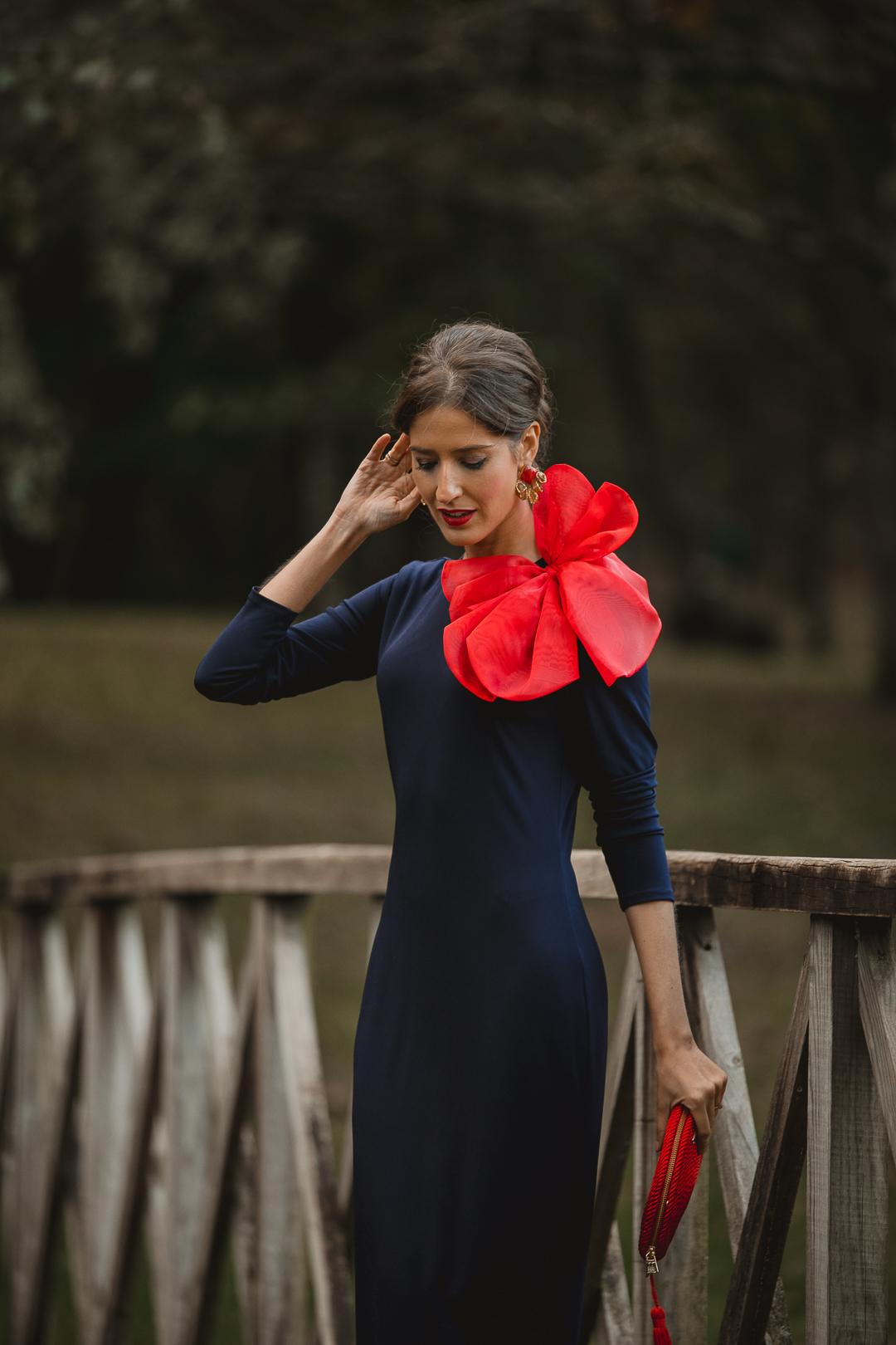 vestido azul marino invitada rojo
