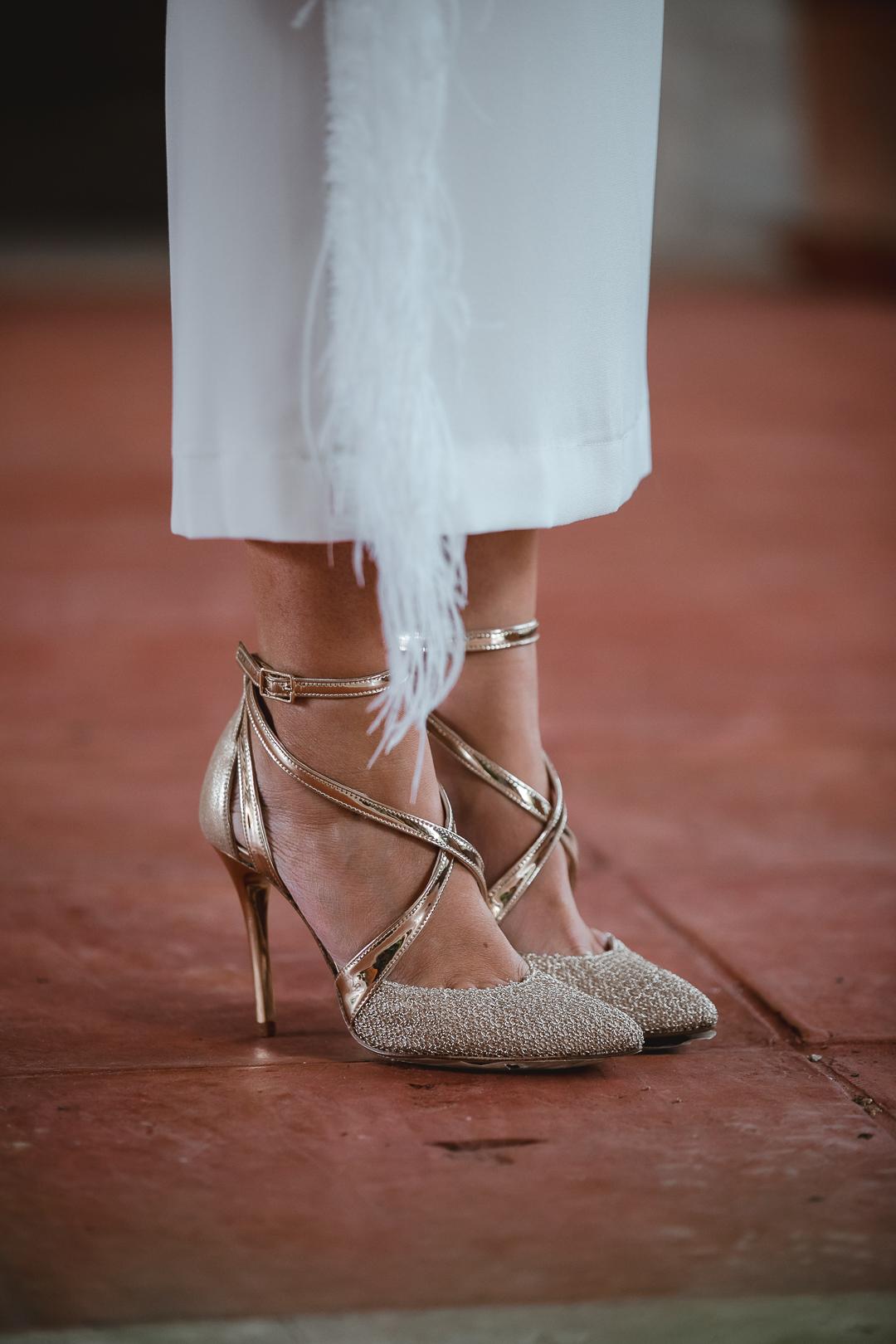 zapatos dorados novia