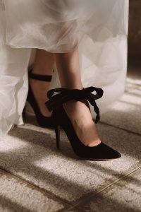 zapatos terciopelo negros novia editorial invitada perfecta