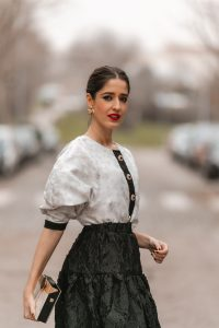 look invitada blanco negro falda